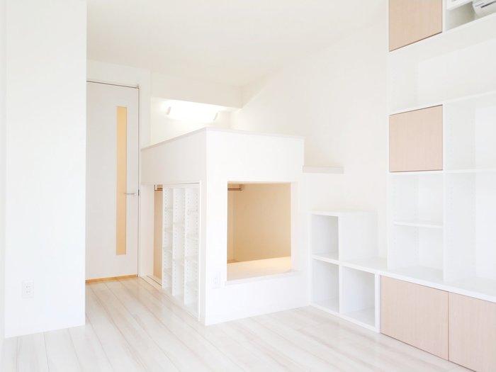 壁面に設置しやすいカラーボックスは、置いたり浮かせて設置したりと好みの使い方ができます。 サイズ展開もデザインも豊富なので、ぴったりサイズが見つかりやすいですよね。 収納する服に合わせて、扉付きタイプやインナーボックスを合わせて、より使いやすくしていきましょう。