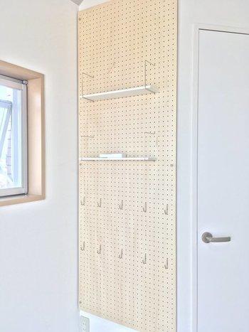 空いた壁面を有効利用できる有孔ボード。 フックや棚などいろいろなパーツを組み合わせれば、結構な収納力に。 自分仕様の収納を作りやすい点も魅力です。