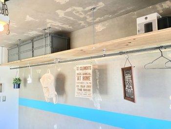 ショップのように見やすく選びやすくなる、掛ける収納は棚+バーで作りましょう。 棚上のスペースもボックスを使って、収納に使えます。