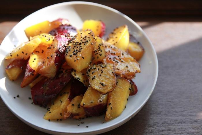 揚げ焼きで作る「大学芋」は、時短で調理できます。思い立ったらパッと作って、おやつの時間に食べたいですね。