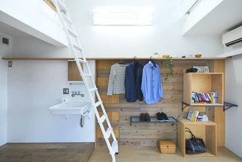 バーを使わず、棚に直接ハンガーを掛けるのも◎ 大きな木箱やカラーボックスを組み合わせれば、収納はもちろん、ちょっとしたワークスペースとしても使え、より機能的に。