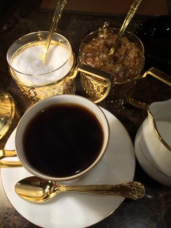 万が一終電を逃しても大丈夫!ブルックリンパーラーのすぐ近くにある純喫茶「珈琲貴族エジンバラ」はなんと24h営業!サイフォン式で一杯一杯抽出される香り高い珈琲を提供してくれます。輝くシュガーポット、コーヒーマグ&スプーンと一緒に優雅な貴族気分を味わって。