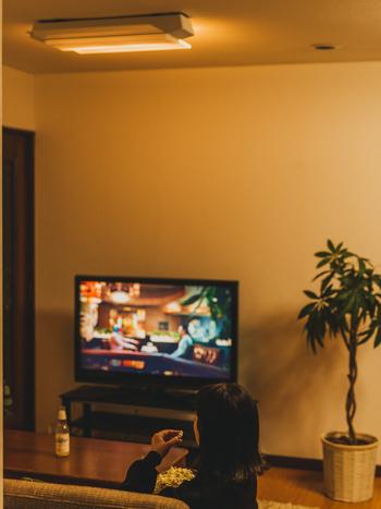 おうちで映画を観るときは、部屋を暗くして楽しむ…という人も多いでしょう。でも、真っ暗な中でTV画面を見ると、画面と室内の明るさとのギャップが目を疲れさせる原因に。そんなときはテレビ側のパネルだけを暖色で光らせてあげると、目に負担がかからないので思いきり映画を楽しむことができます。  付属のワイヤレス送信機を使うことで、テレビとの接続も可能です。天井から降り注ぐ臨場感たっぷりの音を聞けば、まるでそこは映画館。まちがいなく、おうち映画を今まで以上に楽しめるでしょう。