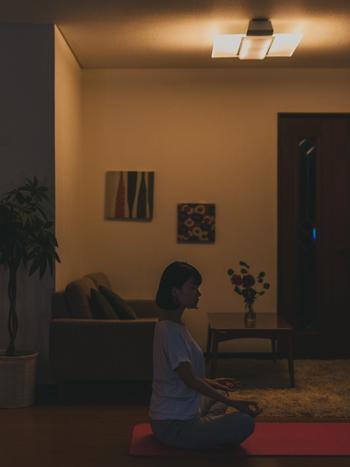 寝る前の自分と向き合うひとときは、忙しくても自分らしさを見失わないために大切にしたいものです。1日の疲れを癒すため、光と音の力を借りましょう。 ほんのりと柔らかい光を放つパネル光だけをつけ、明るさを落としてゆっくりと深呼吸。ヒーリングミュージックを小さく流しながらうす明かりに照らされると、心も体も不思議とリフレッシュしていくのがわかるはずです。