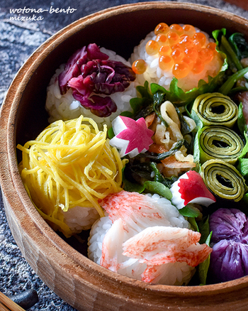 カニカマ、錦糸玉子、柴漬け、イクラの4種類の手毬おにぎりがとっても可愛いお弁当。見た目がおしゃれなのに冷蔵庫にあるもので作れるのもいいですね。