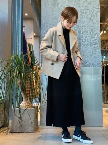 ストンとしたロングのワンピースには、ショート丈のPコートがよく合います。ベージュ系の色を選べば、ぱっと顔周りが明るくなり、コーデも軽やかな印象に。バサッと羽織る感じで着こなすのがおすすめです◎