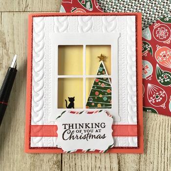 窓から覗く子猫とツリーが可愛らしいクリスマスカード。中を開けると実は他にも猫ちゃんが…!動物好きの方に送りたい、ほっこり癒されるカードです。
