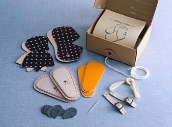 パーツには既に針穴が空いているので、糸を通すだけ。2~3時間で完成するので、手軽に作ることができます。