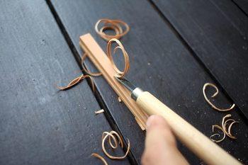 キットに付いてくるサンドペーパーでひたすら削っても良し、自宅にある彫刻刀を使うも良し。ミツロウも同封されているので、表面をなめらかにできます。