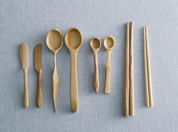 バターナイフをはじめ、大小のスプーンや箸を自分で手作りできるキットも。握りやすく使いやすい、自分が欲しいと思った形を自分で作ると、だんだん愛着がわいて手放せなくなりそう。