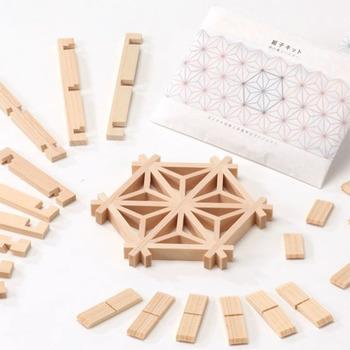 木材をカチカチッとぴったり噛み合わせる組子細工の職人技を存分に味わうことができるキット。日本の伝統工芸を手軽に経験できるので、外国の方へのプレゼントにもいいかも。
