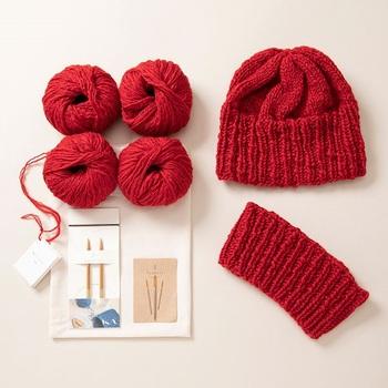 山形県の佐藤繊維さんと一緒に開発した毛糸で、簡単な小物を作れるキット「編みことはじめ」。毛糸玉と竹製の輪針、とじ針、写真入りのわかりやすい説明書入りで、ニット帽かヘアバンドを作ることができます。