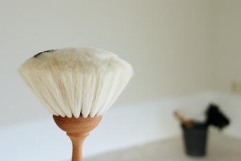 こちらは、化粧ブラシにも使われるやぎ毛を使った、レデッカーのほこり取りブラシ。ご覧のように毛が密集していて、しっかりと汚れをからめとります。パソコンやピアノなどのお掃除にも安心して使えます。