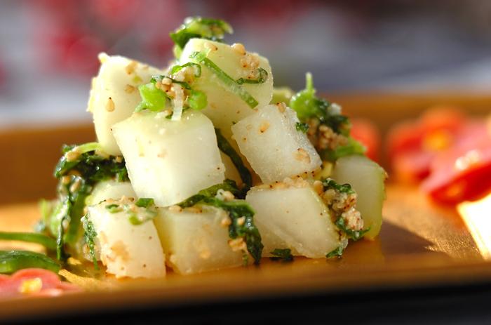 大根の葉も使って調理する「大根のナムル」。カットした大根に塩をふって置いておく間に、調味料を混ぜ合わせておけば、スピーディーに仕上がる一品です。