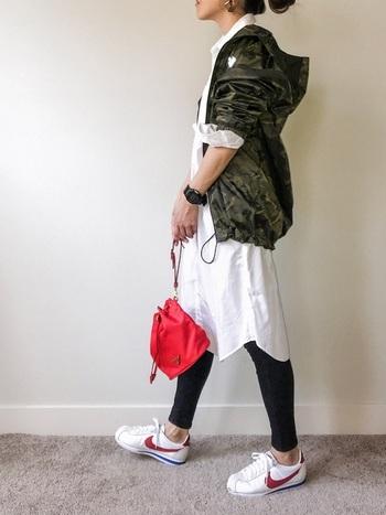 メンズサイズのウィンドブレーカーは、コート感覚で着られるのが楽しいところ。真っ白なワンピースとの組み合わせは、絶妙なバランスになりますね。
