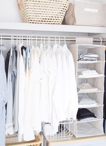 クローゼット内に増やすなら、アコーディオン型の吊り収納。 定番服のストックの管理として、冬のニットや掛けずらい服も収納しやすくなります。