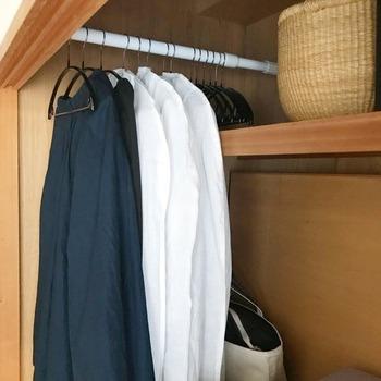 突っ張り棒も収納力UPの強い味方に。 縦・横どちら向きに設置してもたっぷり服が掛けられます。