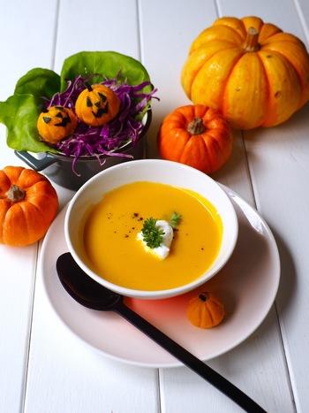 スープやポタージュを作ろうと思った方は、誰もが「パンプキンポタージュ」を一度は作ったことがあるのでは。自然の甘みでとても飲みやすいスープです。さらにこちらのレシピでは、材料4つで分かりやすいですよ。寒い秋冬の夜にいかが?