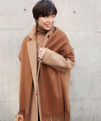 優しい色合いのベイクドカラーは、日本人の肌色にもとてもよく馴染みます。素材の柔らかな質の良いコートであれば、優しく冬の寒さから守ってくれそうです。