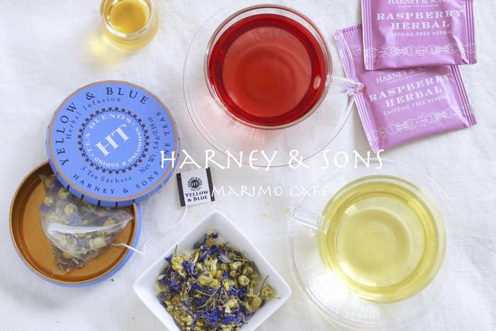 フレーバーティーの中にもハーブを使ったものはありますが、茶葉を使用せず、ハーブのみで淹れるお茶がハーブティーと呼ばれます。カフェインレスなので、寝る前にも気兼ねなく飲めるほか、妊婦さんや健康を気遣う方にもおすすめです。