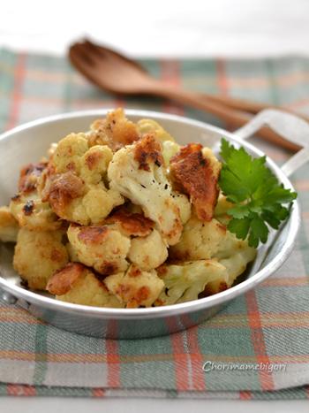 カリカリになるまで焼く「カリフラワーのカリカリチーズ焼き」です。カリっとした食感で、香ばしく食欲をそそる料理。おつまみにしてもおいしそう♪