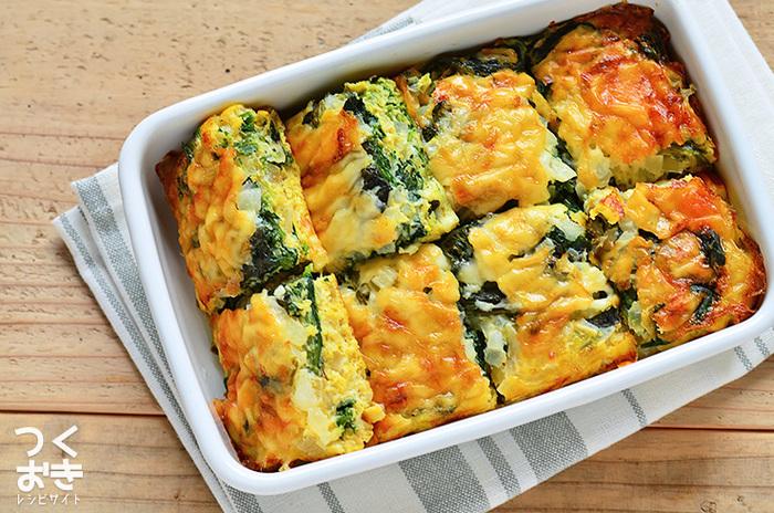 材料を全て混ぜたら、オーブンでしっかりと焼き上げる「ほうれん草とたまねぎのオープンオムレツ」です。冷蔵保存もできるので、お弁当や朝食のおかずに使えます。