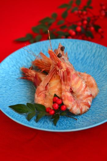 おせちに華やかさを添える、鮮やかな有頭えびのうま煮。えびが形よく「つ」という字になるように、尾から胴にかけて楊枝を刺して煮ます(調理時間約15分)。