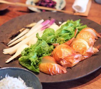 朝食は、ご飯と汁物に、野菜がふんだんに使われた大皿料理を取り分けていただくスタイルです。