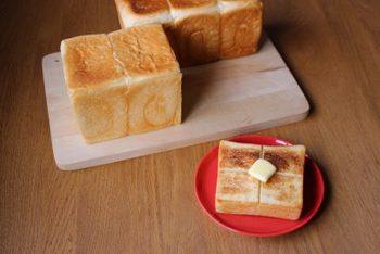 焼き目のついた耳が美味しい角食パン。本当に美味しい強力粉と砂糖、塩を厳選してつくりたくなるレシピです。