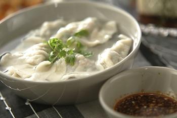 中国では焼き餃子より水餃子の方がベーシックというのをご存知ですか?もちもちの皮をダイレクトに楽しむことができる水餃子も定番レシピにくわえておきたいですね。