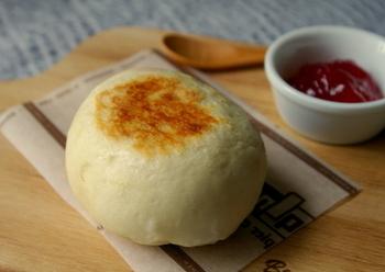 卵も牛乳も使わず、発酵もしないスピードパンレシピです。フライパンで焼き上げるので、あっという間に出来上がります。お食事によく合うシンプルなパンです。