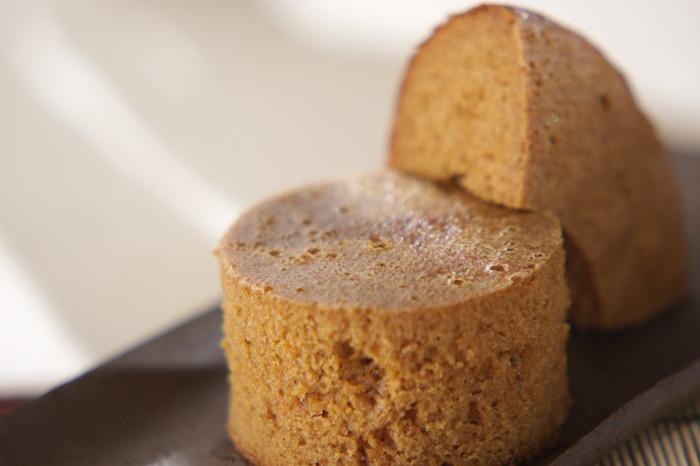 こちらはなんと炊飯器で作ってしまう黒糖入りの中華風蒸しパンです。材料を混ぜ合わせたら、炊飯器におまかせするだけ。これなら忙しいママでも三時のおやつを手作りできそうです。