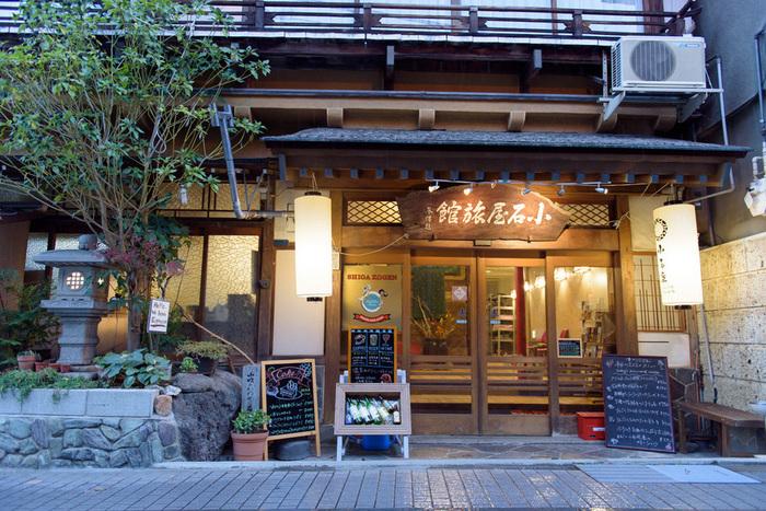 渋温泉にある素泊まりの宿「小石屋旅館」は、1階にカフェバーを併設しています。サンドイッチなどのモーニング、イタリアンメインのディナー、土日祝はランチやカフェとしても利用可能です。