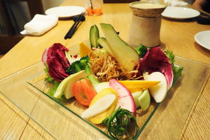「菜園バーニャカウダ」は、自家菜園のお野菜を中心に旬の食材が多く使われています。この日は、ブロッコリーやキュウリをはじめ、紅しぐれ大根やコリンキーなど珍しいお野菜も。特製のバーニャカウダソースも絶品ですが、まずはそのまま一口食べてお野菜本来の味を楽しむのもおすすめです。