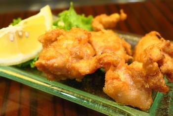 広島県江田島で造られた本醸造醤油だけで味付けした鶏のから揚げもおすすめです。にんにくや生姜などを使っていないのに、風味豊かでついついお箸がすすみます。