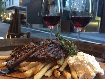 はじめはシャンパン、それからワインに切り替えるという楽しみ方もおすすめ。ボリュームのあるお肉に合うしっかり系の赤ワインも飲みやすいと評判です。
