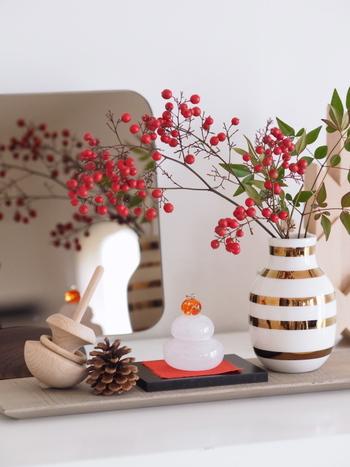 Kahler(ケーラー) のオマジオアニバーサリーベースは、ゴールドがより特別感とお正月のハッピー感を与えてくれます。小さなガラス製の鏡餅やHAYの木製のコマなど。アイテム同士を組み合わせればとても素敵なお正月飾りブースが完成します。