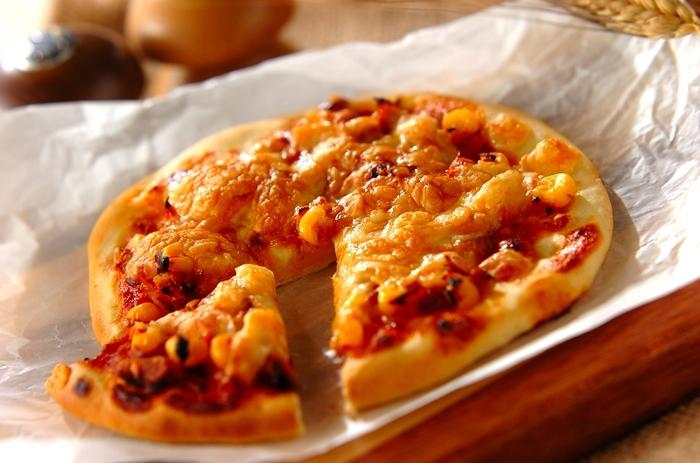 こちらはベーキングパウダーの力を借りてふっくらと仕上げる発酵なしの簡単ピザです。材料を混ぜ合わせたら、伸ばしてオーブンで焼くだけなのであっという間に出来上がります。