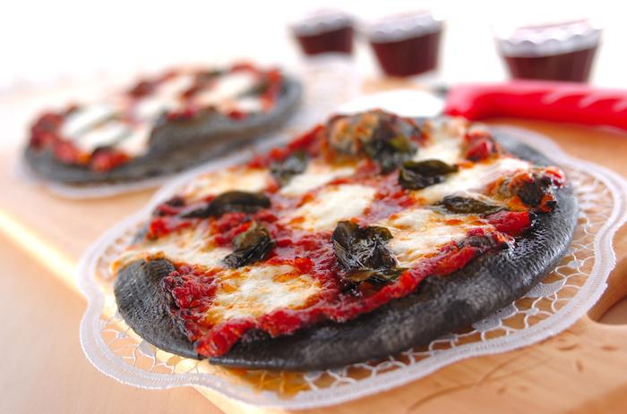 ベーシックなマルゲリータですが、生地に炭パウダーを混ぜ込んでいるのでインパクトのある仕上がりに!真っ黒なピザ生地で話題性も抜群です。