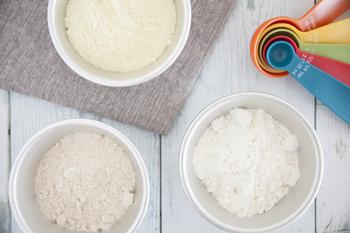 小麦粉はおもに強力粉と薄力粉にわけることができます。強力粉と薄力粉の違いは、たんぱく質の含有量の違いです。たんぱく質の割合が11.5%以上のものを強力粉、8.5%以下のものを薄力粉とよびます。ちなみにその中間にあたる中力粉は9%以下のものをさします。