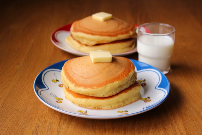 強力粉と薄力粉を合わせてさっくりもっちりの両方を実現したホットケーキです。同量の強力粉と薄力粉を使っています。強力粉が混ざることで、表面のさっくり感がアップします。