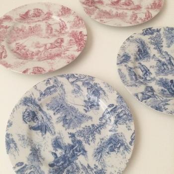 トワル・ド・ジュイの絵柄をプリントした食器もありますよ。いつもの何気ない料理も、ぐんと素敵な雰囲気がでますね。