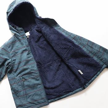 例えばこちらは、裏地に毛足の長いフリースを使用したウィンドブレーカー。さらに袖には中綿も入っているので、寒さ対策はバッチリです。