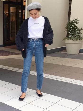 細身のデニムに白Tシャツ×黒のニットカーディガン。コーデはシンプルですが、グレーのベレー帽、バレエシューズといった小物使いでグッと印象的なスタイルになります。