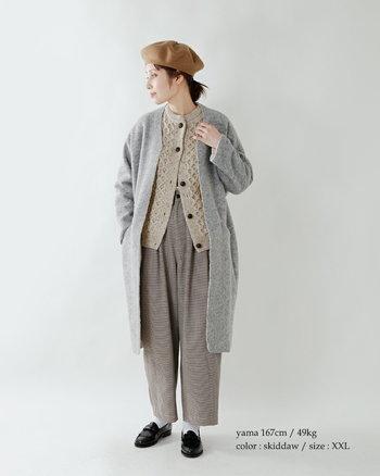 アラン模様のニットカーディガン×チェックパンツのスタイル。気温が低くなって着たら、上からコートも重ねやすいボリューム感です。