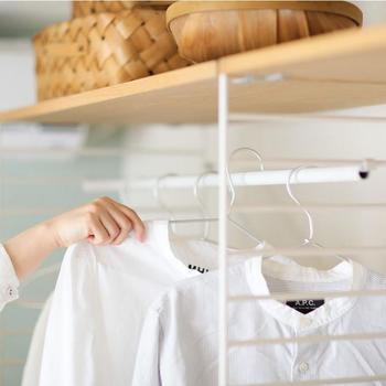機能的なだけでなく、おしゃれでお部屋に合わせやすいデザインも増えています。 使用頻度の高い普段着だけを、出し入れしやすいウエアラックに掛けたり、アウターだけを掛けたり。 ドアの開け閉めがないので、使い勝手は抜群。