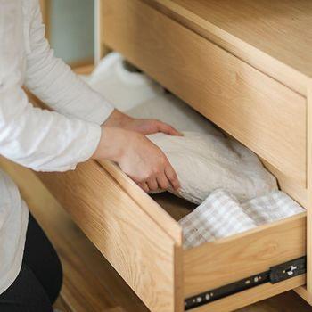 引き出しはインナーなど隠したい服の収納にも最適。 ワンルームやリビングに置くクローゼットに便利です。
