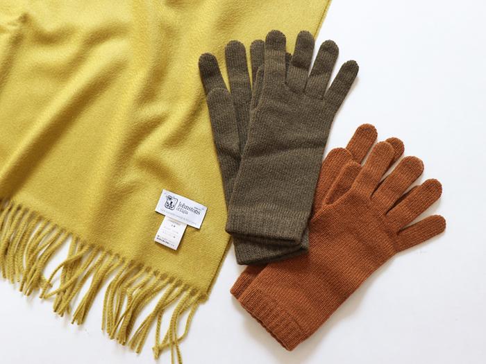 少し長めの丈感とカシミヤ配合で、暖かさもばっちりの五本指手袋。ブラウン系のシックなカラーリングは、どんなコーデやアウターにも合わせやすいのが魅力です。