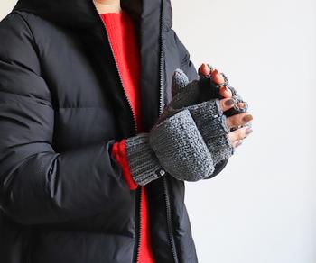 3ゲージの太糸で編み込まれたニットグローブは、指出し手袋に指先カバーが付いているデザイン。どちらのパターンでも使えるので、便利に使い分けられるのが嬉しいポイントです。