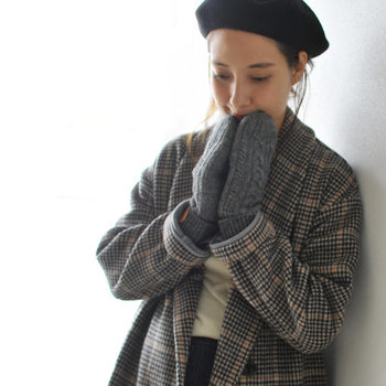 シンプルなグレーのニット手袋に、「IL BISONTE(イルビゾンテ)」のブランドロゴであるバッファローマークを施したアイテム。レザーが上品なワンポイントになり、大人のナチュラルスタイルにもぴったりな手袋です。